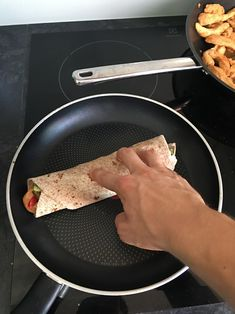 FIT Tortilla z kurczakiem i sosem czosnkowym - Mocne Kalorie Lunch Recipes, Dinner Recipes, Healthy Recipes, Pierogi, Lunch Box, Healthy Eating, Yummy Food, Foods, Eating Healthy