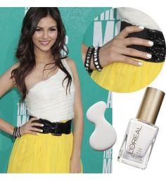 """Manicura """"Tippex"""" http://www.cosmohispano.com/belleza-salud/maquillaje/fotos/10-manicuras-que-tienes-que-probar/manicura-2"""