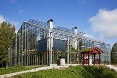 Wohnen im Grünen: In Schweden bauen MenschenEigenheime, die voneinem Gewächshaus umgeben sind. Ideen, um das eigene Zuhause im Winter warmzuhalten, gibt es wie Sand am Meer, diese gehört wohl zu …