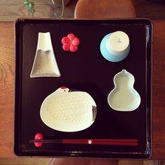 富士山や鶴、ひょうたんのカタチの豆皿。眺めるだけでウキウキと、気持ちもあがりますね。めでたい気分。
