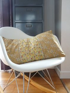 """Coussin Liberty """"printed for Japan"""" Betsy colza et Capel Moutarde. €45,00, via Etsy."""