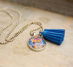 Collier à fleurs et pompon bleu : Collier par callenana