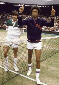 Arthur Ashe v. Jimmy Connors 1975 Wimbeldon African American Champion Definitely had a crush on Arthur Ashe. Jimmy Connors, Arthur Ashe, Mode Tennis, Sport Tennis, Lawn Tennis, American Tennis Players, Wimbledon Final, Tennis Photos, Tennis Legends
