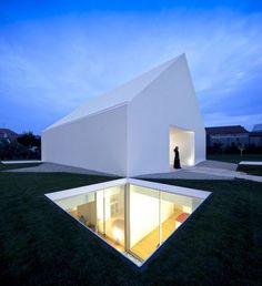 Le célèbre studio d'architecture portugais Aires Mateus vient tout juste de réaliser une incroyable habitation familiale dans la banlieue de Leiria au Port