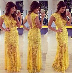 Vestido Longo Amarelo em Renda com Gola Alta e Saia com Transparência: Renda Amarela é diferente e ideia para quem quer ousar em um Vestido de Festa Amarelo. O decote nas costas dá o tom sexy ao vestido.