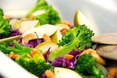 Her er fem virkelig lækre salater med broccoli, som du skal prøve. Broccoli er fantastisk i salatskålen på grund af farve og næringsindhold. Opskrifter på salater med broccoli er gode at have ved hånden, og her