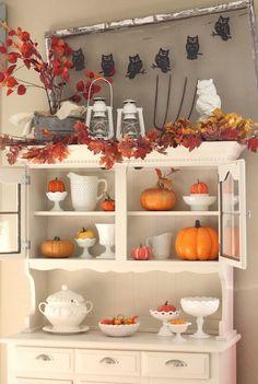Herbstdeko im Landhausstil - weißer Buffetschrank und orangenfarbene Dekorationen