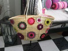 Ibiza-Korbtasche mit großen bunten Häkelblüten, abgefüttert mit pinkfarbenem Blüten-Baumwollstoff.  Innenfutter hat eine extra Tasche. Insgesammt e...
