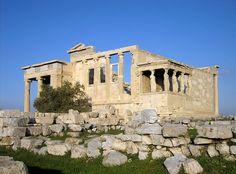 TEMPLO de EREKTEION, Atenas - En honor a Atenea Polias, Poseidón y Erecteo, por FILOCLES - Templo JÓNICO. Construido por MNESIKLÉS. De distintos niveles, por su complicada topografía, hay restos de antiguos santuarios. Formado por 4 salas y 3 pórticos de diferente tamaño y orientación, dos de ellos con altas columnas de capiteles JÓNICOS muy elaborados. Otro de los templos de la Acrópolis. En el se hallan las bellisímas CARIÁTIDAS. Erigido 8 años despúes de la muerte de PERICLES