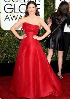De rojo. Catherine Zeta-Jones lució un diseño strapless, color rojo furioso. ¿Aprobado o desaprobado su look?.  Golden Globe 2015/Reuters