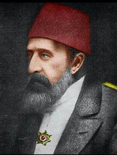 """""""Râsim Bey! Râsim Bey!.. Selânik demek, Istanbul'un anahtari demektir! Ordumuz nerede, askerimiz nerede?.. Ecdâd kanlariyla sulanan bu topraklari nasil terkederiz? Biz buralari birakip gidersek, târih ve ecdâd bizim yüzümüze tükürmez mi?.. Birâderim Hazretleri, buranin tahliyesine râzi mi oldular? Nasil olur? Hayir, ben râzi degilim!… Yetmis yasimda olduguma bakmayin! Bana bir tüfek verin, asker evlâdlarimla beraber Selânik'i son nefesime kadar müdâfaa edecegim…"""""""