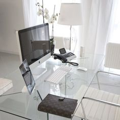 Стеклянный рабочий стол органично смотрится в интерьере домашнего офиса в стиле…
