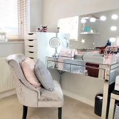 --Video Pin-- We love ldhomeinterior dressing room featuring our Nicole Hollywood Mirror. Lights Around Mirror, Makeup Mirror With Lights, Makeup Light, Hollywood Mirror, Hollywood Glamour Bedroom, Sala Glam, Lighted Vanity Mirror, Bulb Mirror, Mirror Vanity