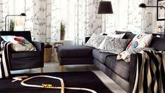 """IKEA Österreich, Inspiration, Wohnzimmer, KARLSTAD 3er-Sofa und Récamiere und KARLSTAD Sessel mit Bezug """"Sivik"""", EIVOR Kissen und EIVOR Plaids weiß/schwarz und GURLI Plaid grau/schwarz, EIVOR Gardinenschals weiß/schwarz, ALMSTED Teppich in Schwarz"""