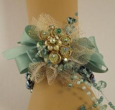 No flowers... Just ribbon, pearls & a brooch! Beautiful!