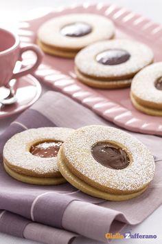 """Occhio di bue (jam sandwich cookies) è il nome dei classici #biscotti con la """"finestra"""" di #cioccolato o #marmellata, ideale per la merenda e le feste dei bambini. #ricetta #GialloZafferano #italianfood #italianrecipe"""
