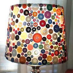 EASY! Nodig: knopen, oude lampenkap die je eigenlijk weg wil doen, lijmpistool of andere sneldrogende lijm. Tip: misschien is het leuk om een patroontje met de knopen te maken.