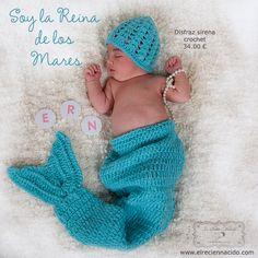 Le Petite Monde, fotógrafos especializados en familias y bebés nos hizo está foto de nuestro conjunto de cuerpo con cola y gorrito de crochet.
