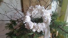 Diesen weißen Türkranz mit Blumen hat Jaqueline gebastelt. Mehr darüber erfährst du auf der Website! Grapevine Wreath, Grape Vines, Hanukkah, Christmas Wreaths, Holiday Decor, Home Decor, Gift Cards, Crown Cake, Flowers