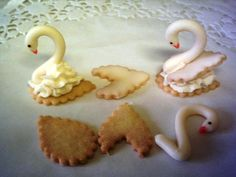 labuť Cookie Desserts, Cookie Recipes, Gum Paste Flowers, Sweet Cookies, Wedding Cookies, Food Crafts, Mini Cakes, Cake Art, Cookie Decorating