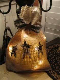 There are always lights on sale after Christmas and burlap bag is easy to make. hand sew or use hot glue. Rustic Crafts, Burlap Crafts, Country Crafts, Primitive Crafts, Country Primitive, Wood Crafts, Primitive Wreath, Burlap Christmas, Primitive Christmas