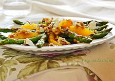 Ensalada de espárragos trigueros, naranja, queso y vinagreta de miel y nueces