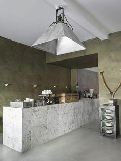 Koffie drinken in stijl kan ook bij BRANDS UNXPCTD. Let ook even op de verf op de muren - eigenhandig gebrouwen in het verfatelier.
