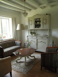 Brocante interieur van huiskamer. Diy:oude  lampenkap is bekleed met behang Franse eiken kast geschilderd met…