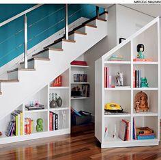 Para aproveitar ao máximo o espaço embaixo da escada, a arquiteta Gabriela Marques criou uma peça dupla que ocupa toda a profundidade de 90 cm. Uma parte está fixada na parede e a outra se movimenta por rodízios.
