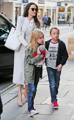 Angelina Jolie stunned in a stylish white trench coat as she enjoyed a day in the capital with twins Vivienne and Knox, eight Angelina Jolie Pictures, Angelina Jolie Style, Brad Pitt And Angelina Jolie, Celebrity Kids, Celebrity Style, Shiloh Jolie, Days Out In London, White Trench Coat, Edinburgh Scotland