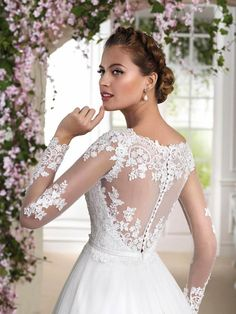 Isn't the back of this wedding dress fabulous?! Dress: Fara Sposa 2016 Collection