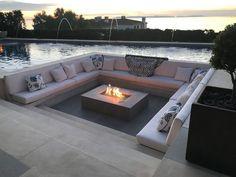 Gevestigd in een vuurplaats en een zithoek met een zwembad