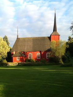 Finland Wooden red church in Kristiinankaupunki. Grave Monuments, Iceland Island, Saunas, Graveyards, Place Of Worship, Kirchen, Helsinki, Homeland, Norway