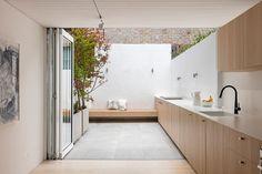 cuisine bois moderne, peinture à effet écailles, tableau décoratif et sol en parquet contrecollé