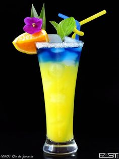 Green Isaac Jun 2015 Vodka Curacao blue Pineapple juice Ice Fill glass with ice. Pour vodka and pineapple juice, and finally carefully refill curacao. (mixed drinks with rum) Fancy Drinks, Bar Drinks, Non Alcoholic Drinks, Cocktail Drinks, Beverages, Rose Cocktail, Vodka And Pineapple Juice, Orange Juice, Blue Orange