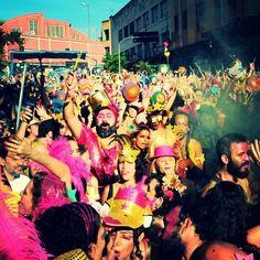 Coisas que (re)aprendemos sobre o Carnaval de BH: Festa diurna - No primeiro dia de folia o Bloco Então Brilha! arrastou milhares de pessoas sob sol de até 33C. O carnaval de BH se estabeleceu como festa diurna..  Ramon Lisboa /EM #Carnaval #Carnaval2016 #CarnavalBH #CarnavalizaBH #EMnafolia #EMNoCarnaval #EstadoDeMinas #Folia by emimagem