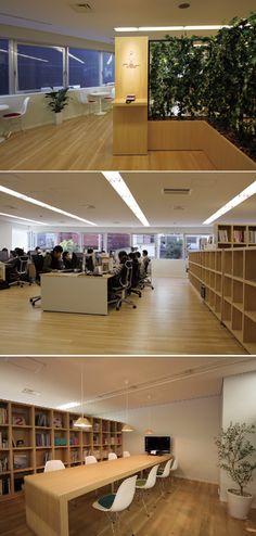 ノイらしさがテーマのこちらのオフィスは、壁が一つもないオープンなオフィスになりました。 全て造作の棚で間仕切られており、植栽と木目でノイさんの雰囲気を演出させて頂いております。 笑顔が多く明るいイメージの会社、気取らずにほっこりとしたイメージの会社、 オフィスを見て頂く事によりノイらしさが伝わる空間がここにできあがりました。