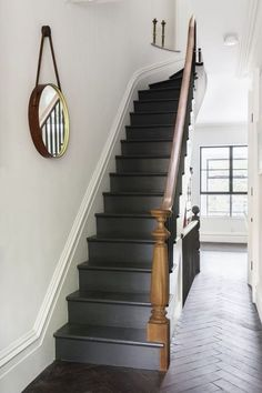 Railing entrance with 49 fashionable black stairs Deliver yourself a career so far that you can use your innovative strength to make your home and your business more beautiful or more comfortable. Welcome to the world of interior design! Black Stair Railing, Black Staircase, Staircase Design, Stair Risers, Painted Staircases, Flur Design, Hallway Inspiration, Staircase Makeover, Stair Decor