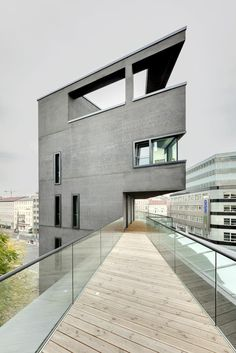 What an awesome apartment. Those  craft Germans have all the cool stuff...