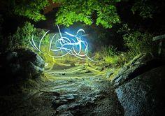 """Cómo dominar la técnica de pintar con la luz, """"lightpainting"""", jugando con el tiempo de exposición de la fotografía."""