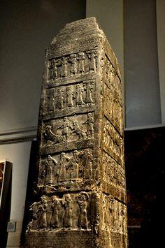 El Obelisco negro de Salmanasar III es un monumento que data del año 827 a. C. y fue erigido en época del imperio asirio, que se extendió por Mesopotamia en la zona de los ríos Tigris y Éufrates.
