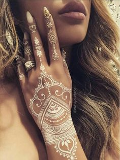 Henna Tattoo Designs - Top 40 Designs and Ideas for Henna Enthusiasts Henna tattoo pictures, drawings and many drawings! Amazing henna art you have to see! Find out why henna is more popular than tattoos! We can hear wha. Mehndi Designs, Henna Tattoo Designs, Henna Tattoo Bilder, Henna Tattoo Muster, Tattoo Motive, Henna Designs White, Tattoo Ideas, Hena Designs, Cute Henna Designs