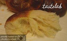 Καλύτερα, μέχρι που δοκίμασα τα μπούλαρ (kanelbullar)! Έφτασε κάποια στιγμή το πλήρωμα του χρόνου για τις ζύμες με μαγιά. Ξεκίνησα... Cookbook Recipes, Sweets Recipes, Easter Recipes, Cooking Recipes, Greek Sweets, Greek Desserts, Greek Recipes, Greek Easter Bread, Greek Bread