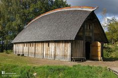 This Viking farmstead sits on the banks of the Gota River in Ale, a few miles north of Gothenburg, Sweden. Ale has a lot of ancient remains from the Iron Age and Viking periods. This oak home is based on Viking evidence from a wealthy farmer's home. It's 16.5m (54ft) long and 7m (23ft) wide with an oak shingle roof and Celtic knot carvings based on designs from the mid 10th Century. More on the Natural Homes Timeline www.naturalhomes.org/timeline.htm