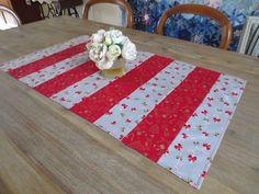 Chemin de table décoration de noël, gris & rouge : Accessoires de maison par michka-feemainpassionnement