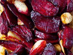 Podle Jamieho Olivera: recept_na_pečenou_červenou_řepu_s_česnekem_main Vegetable Recipes, Vegetarian Recipes, Cooking Recipes, Healthy Recipes, Food Design, Tasty Dishes, Food Inspiration, Love Food, Food Videos