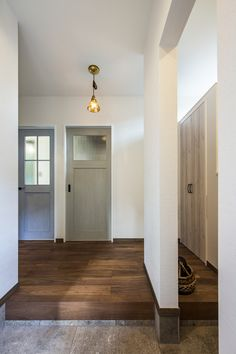 「ブルックリンテイスト スタジオのある家」 Natural Interior, Apartment Interior Design, Entrance Doors, Simple House, Windows And Doors, Black House, Interior And Exterior, Ideal Home, My House