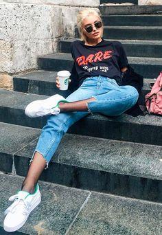 sarah ellen com calca assimetrica e camiseta