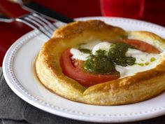 Buffalo Mozzarella, Tomato, and Pesto Tarts Appetizer Dips, Appetizers For Party, Appetizer Recipes, Cheese Recipes, Bbq Baby Back Ribs, Best Italian Recipes, Favorite Recipes, Buffalo Mozzarella, Stuffed Jalapeno Peppers
