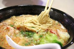 Japanese ramen, Viet Pho, even sopas heats up my gastro Asian Noodles, Ramen Noodles, Noodle Soups, Restaurant Ramen, Real Ramen, Rue Sainte Anne, Healthy Ramen, Healthy Food, Asian Grill